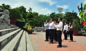 Công ty CP Du lịch - Khách sạn Hải Đăng tới dâng hương tại Nghĩa trang Liệt sỹ quận Ngô Quyền